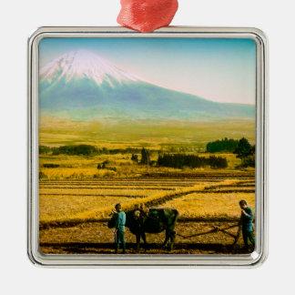 富士山の影の分野を耕している農家のウシ メタルオーナメント