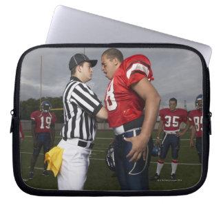 審判員と論争しているフットボール選手 ラップトップスリーブ