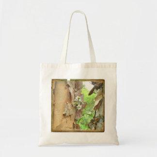 対の木の幹間の敏感な花 トートバッグ