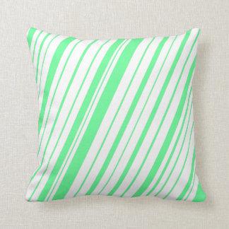 対角線のストライプな~のSeafoamの緑 クッション