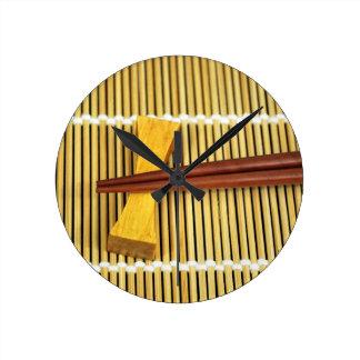 寿司の箸Senseiは木製のタケを習得します ラウンド壁時計