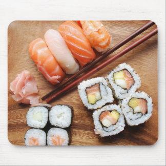 寿司- Japoneseの食糧(木のプレートで) マウスパッド