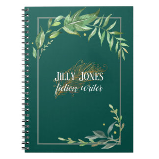 小ぎれいな緑の羽のペン及び葉が多いフレーム ノートブック