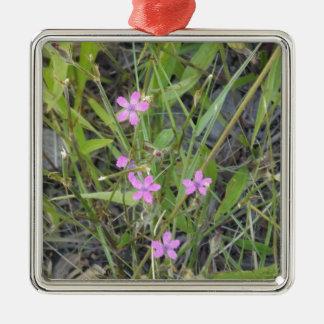 小さいピンクの野生の花 メタルオーナメント