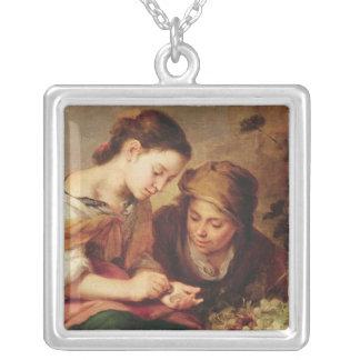 小さいフルーツ販売人の詳細、1670-75年 シルバープレートネックレス