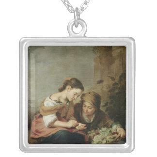 小さいフルーツ販売人1670-75年 シルバープレートネックレス