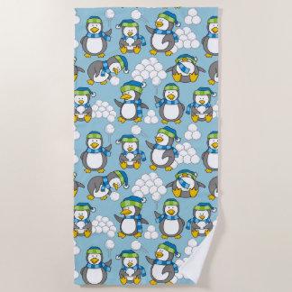 小さいペンギンの背景 ビーチタオル