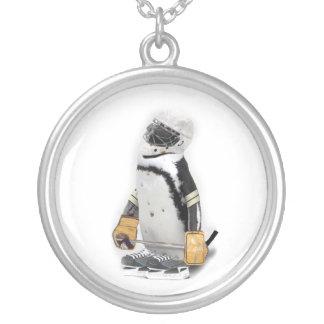 小さいペンギンの身に着けているホッケーのギア シルバープレートネックレス