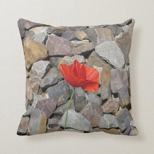 小さい灰色の石の赤いケシの花を選抜して下さい クッション