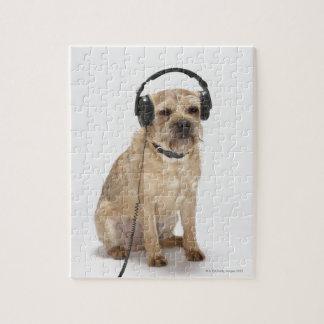 小さい犬の身に着けているヘッドホーン ジグソーパズル