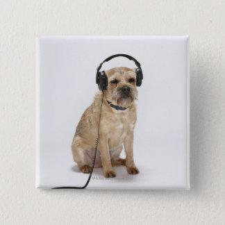 小さい犬の身に着けているヘッドホーン 缶バッジ