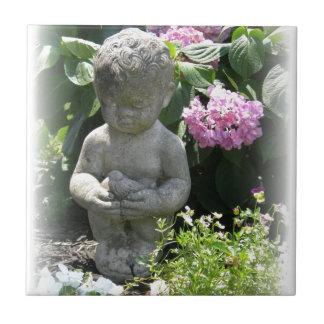 小さい男の子および鳥の庭の彫像 タイル