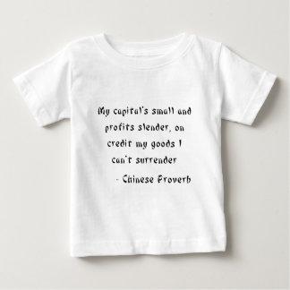 小さい私の信用で、細い首都および利益 ベビーTシャツ