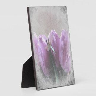 小さい紫色のチューリップの水のトンボの芸術のプラク フォトプラーク