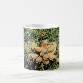 小さい緑の昆虫が付いている種のポッド コーヒーマグカップ