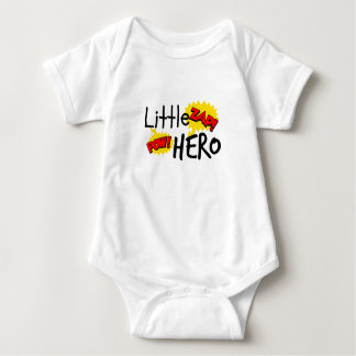 小さい英雄の乳児のクリーパー ベビーボディスーツ
