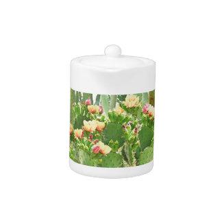 小さい茶ポット-オレンジサボテンの開花