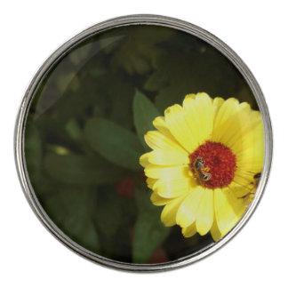 小さい蜂が付いている美しく黄色い花 ゴルフボールマーカー
