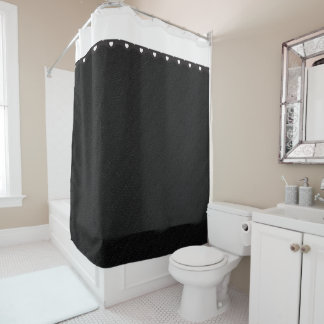 小さく白いハートが付いている黒いバーラップ シャワーカーテン