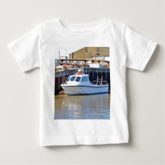 小さく白いモーターボート ベビーTシャツ