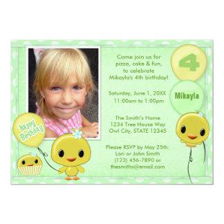 小さく黄色いひよこの誕生日の招待状のミントの緑 カード
