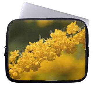 小さく黄色い花 ラップトップスリーブ