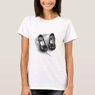 小さく黒い靴: 鉛筆の芸術: 現実主義 Tシャツ