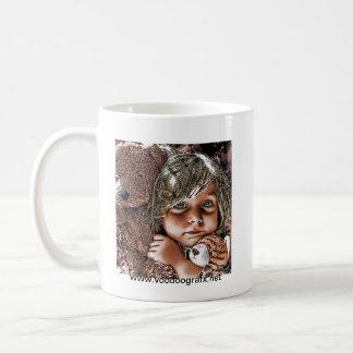 小さな女の子および彼女のテディ コーヒーマグカップ