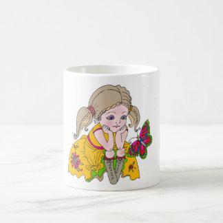 小さな女の子および蝶 コーヒーマグカップ