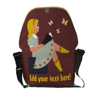 小さな女の子の読書 メッセンジャーバッグ