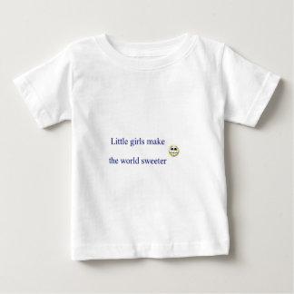 小さな女の子は世界をより甘くさせます ベビーTシャツ