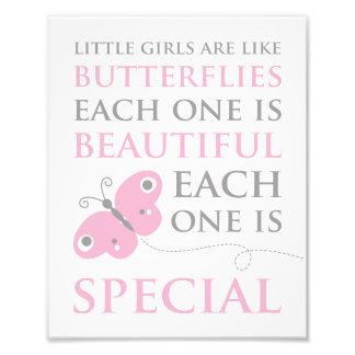 小さな女の子は蝶ピンクの写真のプリントのようです フォトプリント