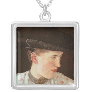 小作農の女の子の頭部、c.1880 シルバープレートネックレス