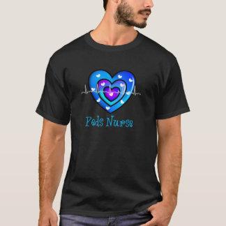 小児科のナースのアートで青いハートのデザインのギフト Tシャツ