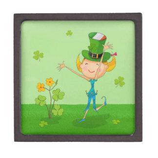小妖精の帽子を持つ緑のシャムロックのクローバー及び小妖精や小人 ギフトボックス