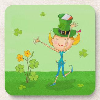 小妖精の帽子を持つ緑のシャムロックのクローバー及び小妖精や小人 コースター
