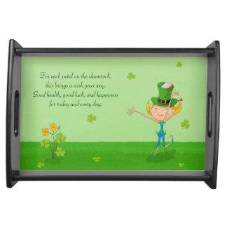 小妖精の帽子を持つ緑のシャムロックのクローバー及び小妖精や小人 トレー