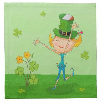 小妖精の帽子を持つ緑のシャムロックのクローバー及び小妖精や小人 ナプキンクロス