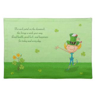 小妖精の帽子を持つ緑のシャムロックのクローバー及び小妖精や小人 ランチョンマット