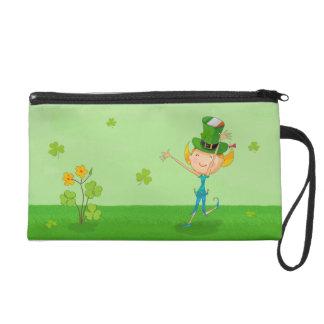 小妖精の帽子を持つ緑のシャムロックのクローバー及び小妖精や小人 リストレット