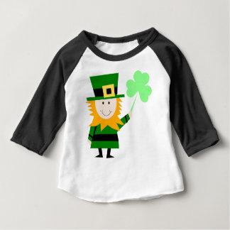 小妖精の幸運なクローバーの人 ベビーTシャツ