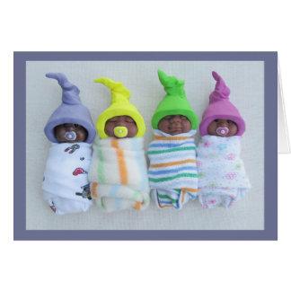 小妖精や小人そっくりの帽子を持つ4人のかわいい粘土のベビー カード