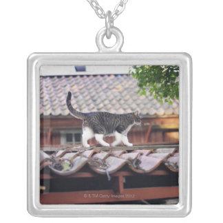 小屋の屋根の猫歩く シルバープレートネックレス