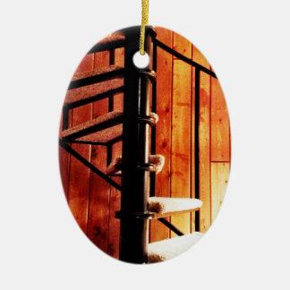 小屋の素朴な螺旋階段 セラミックオーナメント
