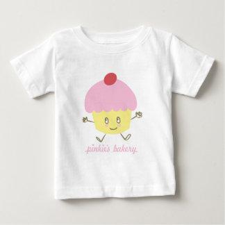 小指のベーカリーのカップケーキの乳児のTシャツ ベビーTシャツ