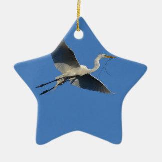 小枝を搭載する飛んでいるな白鷺 セラミックオーナメント