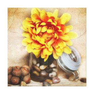 小石が付いているポットの黄色い花 キャンバスプリント