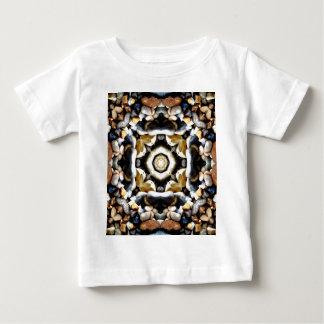 小石の万華鏡のように千変万化するパターンの平和および平静 ベビーTシャツ