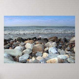 小石の海岸の青ポスター ポスター