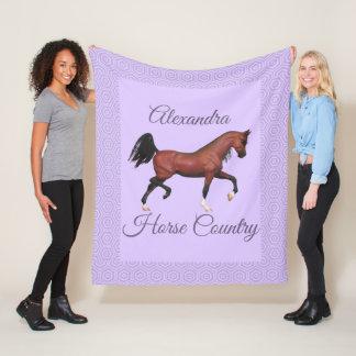 小走りに走る湾のアラビアの馬の紫色の馬の国 フリースブランケット